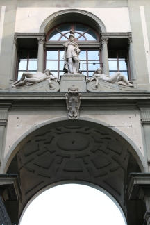 Details over the arch of the Uffizi
