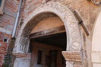 Decorative arch in the courtyard where Marco Polo lived