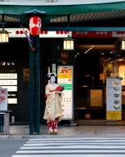 Maiko - check out her shoes